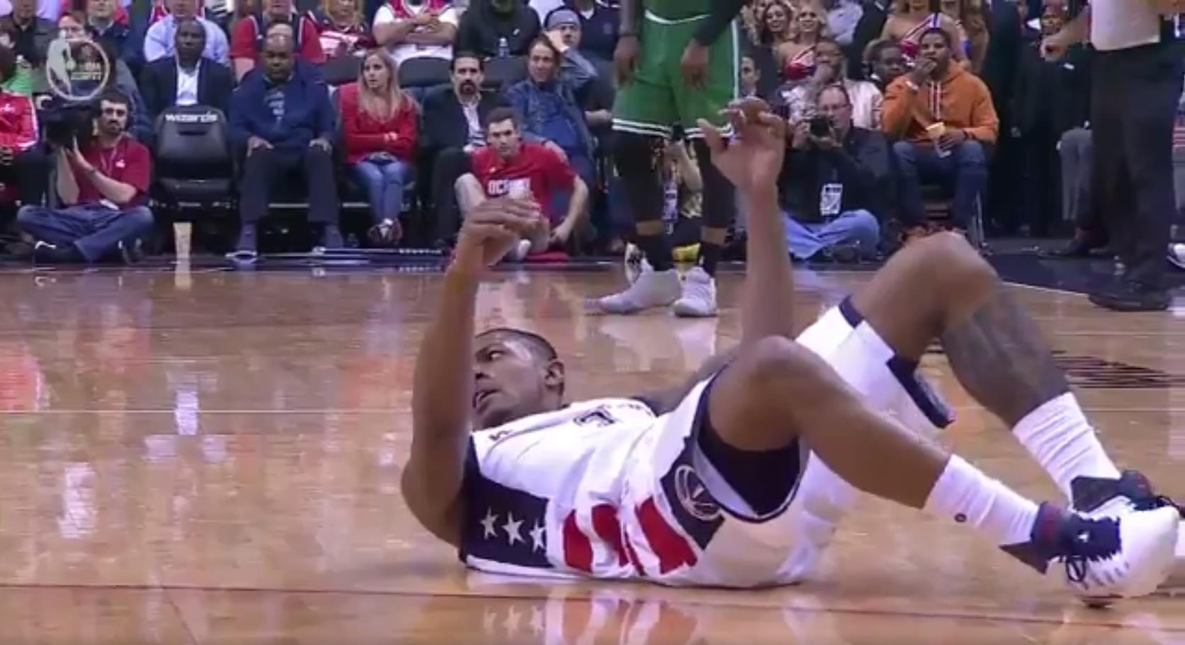 【影片】演技派!比爾上演誇張假摔 媒體吐槽:這簡直就是鯉魚躍龍門-Haters-黑特籃球NBA新聞影片圖片分享社區