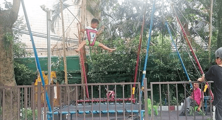 游乐场内跳蹦床 五岁女童受重伤