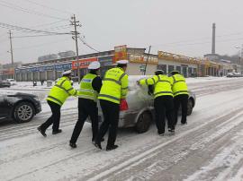 应对降雪 守护群众平安出行 为交警点赞