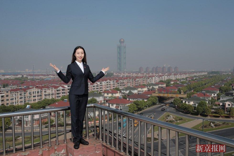 葛晓燕,华西村接待讲解员,1988年出生于附近的陆丰村,毕业于南京特殊教育学院。2009年,葛晓燕成为华西媳妇,先后在村里从事精纺外贸销售、酒店前台接待等工作。