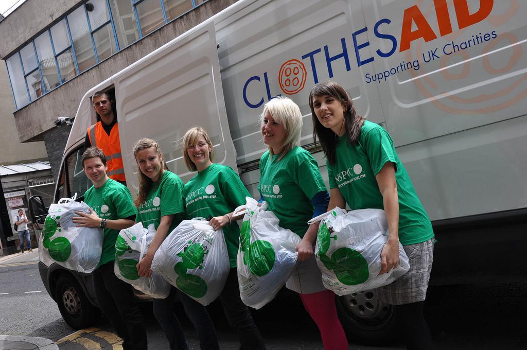 英国,志愿者们正在整理捐赠的旧衣物。/Pinterest