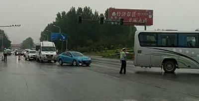 永清交警冒雨勘察疏导因车祸道路被堵现