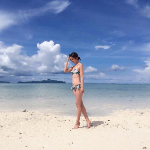阿Sa晒沙滩比基尼美照 身材火辣长腿抢镜