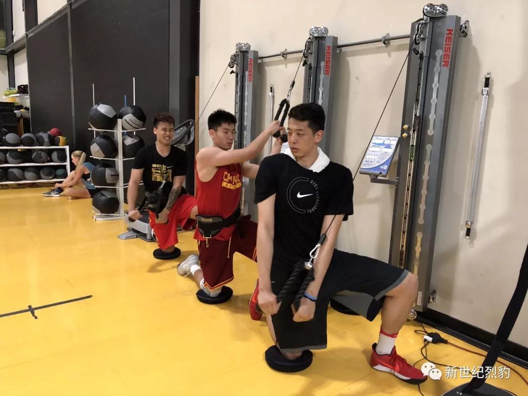 深圳两伤员在美康复盼早日为国效力 赵睿当陪练