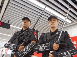 南宁地铁安保升级 警犬加大宝剑 地铁警察帅呆!