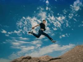 在最古老的维吾尔村庄屋顶上,像少年般飞驰