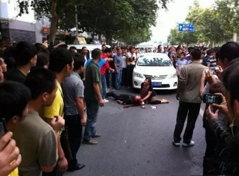 王菊玲向围观人群求救