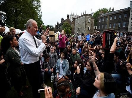 """英国伦敦大批民众冒雨集会 要求""""留欧"""""""