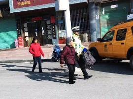 平陆:老人迷路 交警送其安全回家迎赞誉
