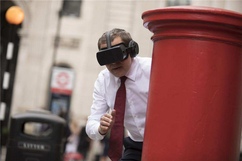 戴VR眼镜的强尼