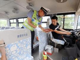 万荣交警对新购校车进行安全体检