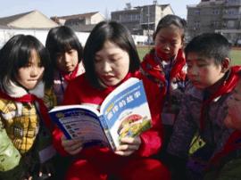 采油厂志愿者:献爱心 给汪群小学孩子送书籍和衣物