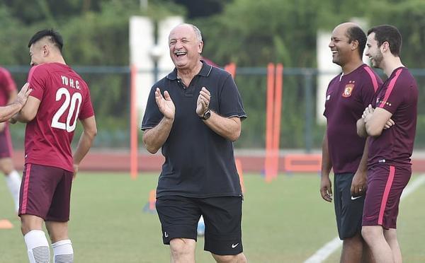 恒大赛前训练 斯科拉里笑得像个70岁的孩子