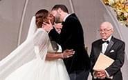 小威婚礼与丈夫忘情拥吻