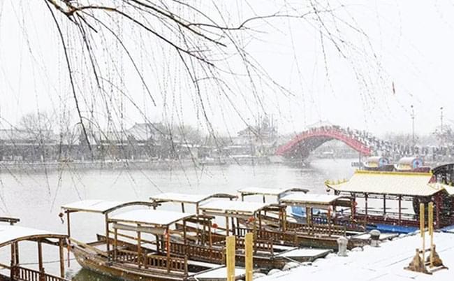 汴梁城瑞雪已至  清明上河园美上了天