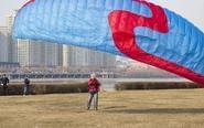 古稀老太用滑翔伞迎风飞天