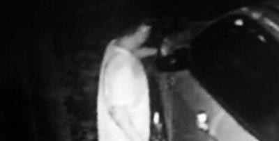 路边八辆车夜里被划 监控显示原来是他
