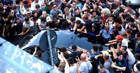 分分钟官宣!博努奇已抵达米兰总部 球迷陷入疯狂