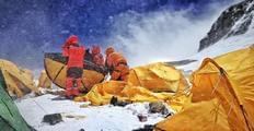 """登顶珠峰的51天 他""""顺便""""救了一位"""