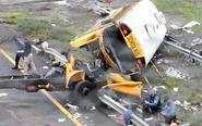 美国一校车与卡车相撞