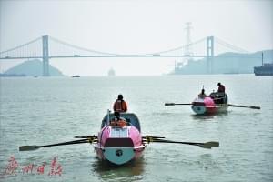 两艘划艇从汕头港出发,经汕头海湾大桥直奔香港