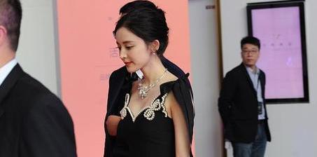 古力娜扎穿黑色吊带裙美艳动人