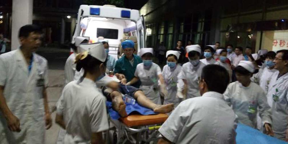 来宾小平阳载55人班车侧翻 生命救援进行中