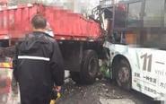 靖江一公交与卡车相撞 现场惨烈多人受伤