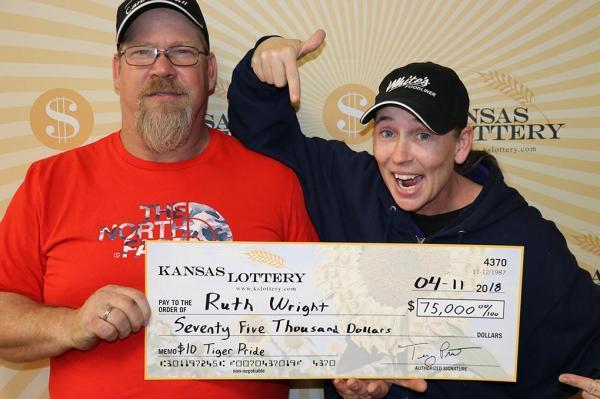 幸运女子连刮三张彩票竟全部中奖 露脸领走470000元大奖 !