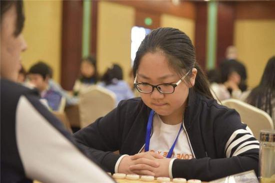 12岁女孩成全国最年轻象棋国家大师:休学一年特训