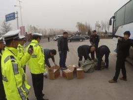 绛县交警从一长途客车内查获假香烟150余条
