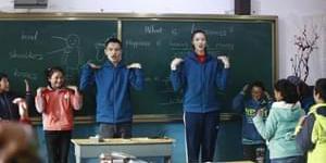 惠若琪赴青海支教 与学生互动做操