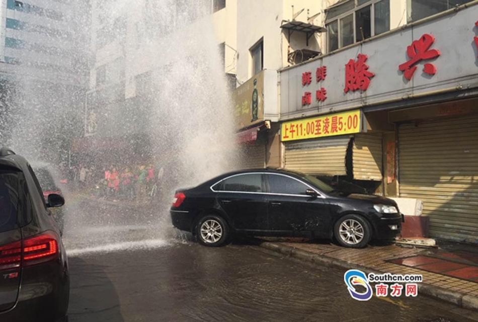 突发!广州越秀一轿车撞倒消防栓 水柱冲天
