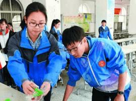"""帮学校食堂收拾碗筷 青岛""""眼镜哥""""已坚持11年"""
