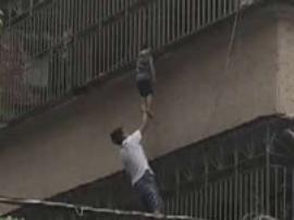 3岁熊孩子头卡防盗网悬在3楼 热心市民爬墙救人