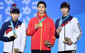 武大靖登冠军领奖台 展示冬奥金牌