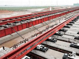 济青高铁第一组道岔在临淄北站浇筑完成
