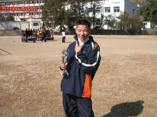 初中时期的吴前,拿着县级联赛的冠军奖杯