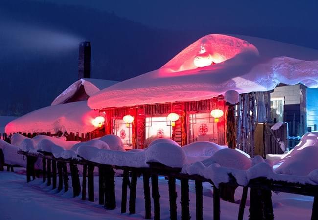 雪屋 炊烟 大红灯笼 勾起的往事回忆