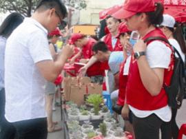 志愿者:街头义卖 帮助姜堰学子筹足学费上大学