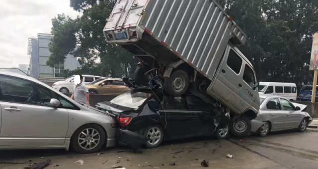 """凤岗9车连撞""""死亡路段""""又发生惨烈车祸"""