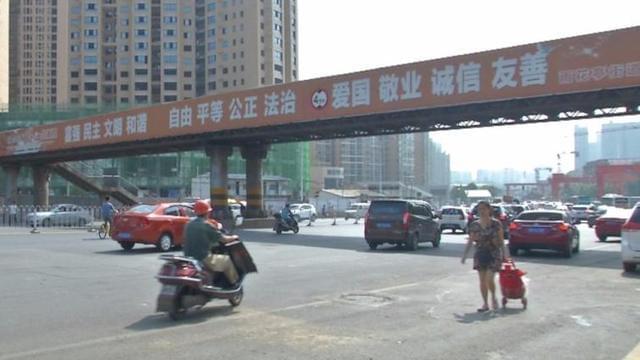 """地铁和城铁""""互掐"""" 长沙一人行天桥躺枪!"""