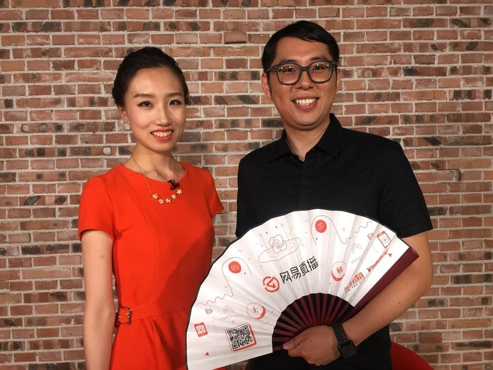 新东方优能中学英语名师林瑶(右)点评高考英语