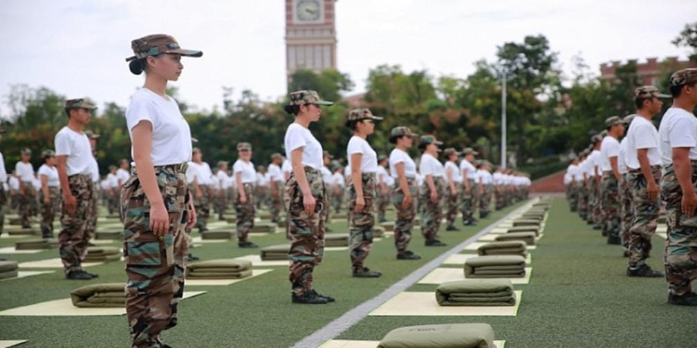 高校军训3000新生齐叠军被 场面壮观