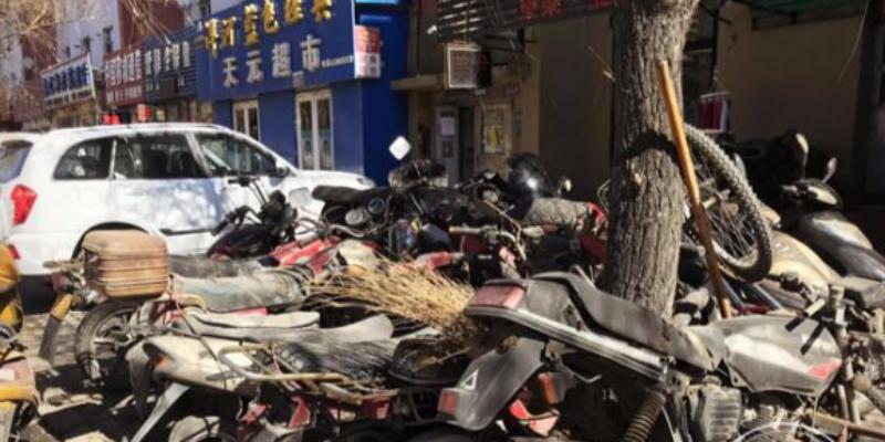 """这些摩托车""""抱团取暖"""" 街边人行道都被占满"""