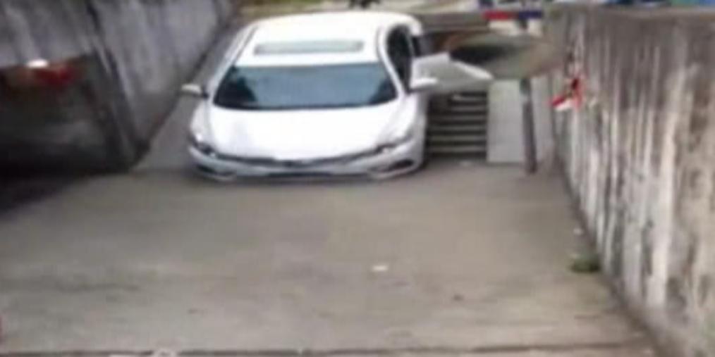 司机跟导航开车直冲下楼梯 被卡无法动弹