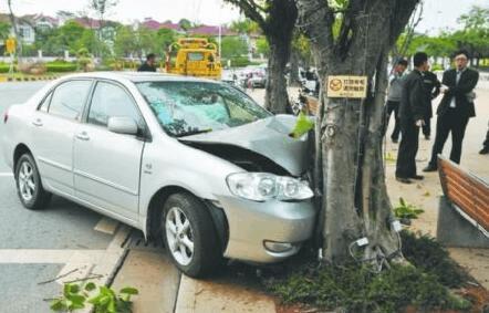 小车突然爆胎冲上人行道撞大树 所幸无人员伤亡