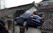 离奇!江苏汽车飞上屋顶
