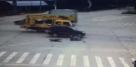 骑电动车闯红灯被撞判全责 网友:大快人心