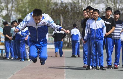 考生在参加体育中考的立定跳远考试 李晓果摄